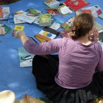 Chiara in un mare di libri