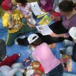 Chiara tra un mare di libri e di bambini